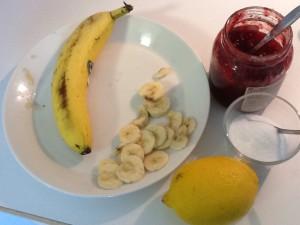 Lettujen kanssa oli tarjolla banaania, hilloa ja kermavaahtoa. Kokeilimme myös yhdistelmää sitruunamehu ja sokeri, oli hyvää.